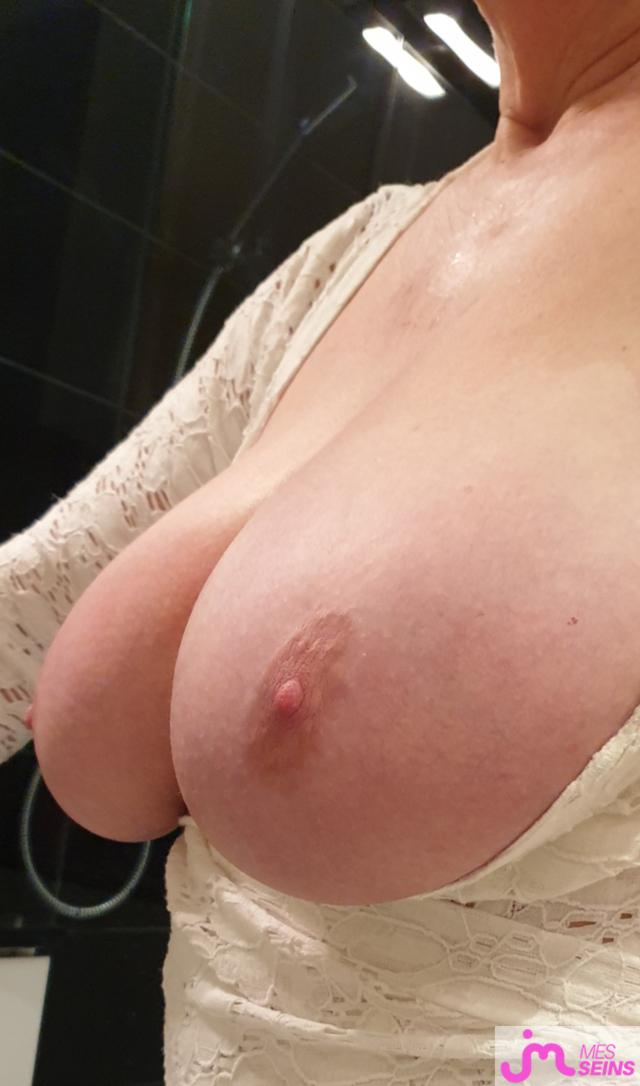 Une camgirl nous présente ses belles mamelles moelleuses